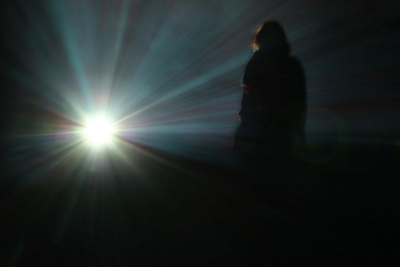 De la oscuridad a la luz